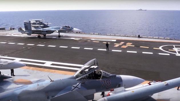 """Russische Kampfjets auf dem Flugzeugträger """"Admiral Kusnezow"""" vor Syriens Küste (Bild: Associated Press)"""