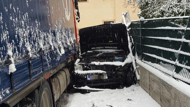 Lkw zog Spur der Verwüstung durch Kärntner Ort (Bild: APA/FF LAVAMÜND)