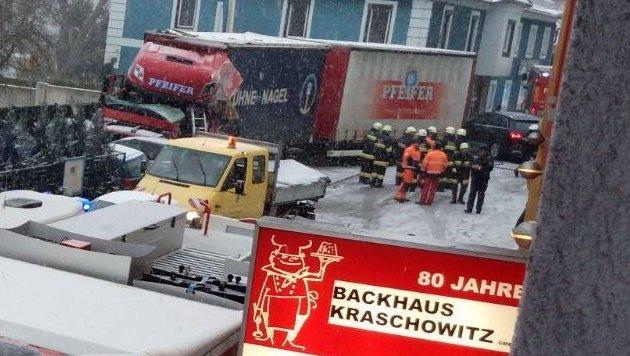 Heftiger Schneefall sorgt für Chaos auf Straßen (Bild: FF Lavamünd)