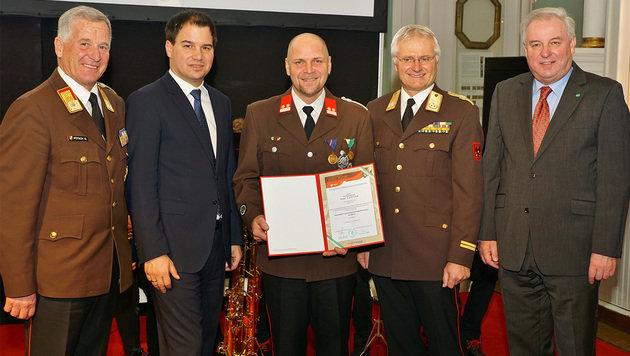 Franz Ganster (Mitte) wurde am Freitag für seinen Einsatz als Lebensretter geehrt. (Bild: LFV/Franz Fink)