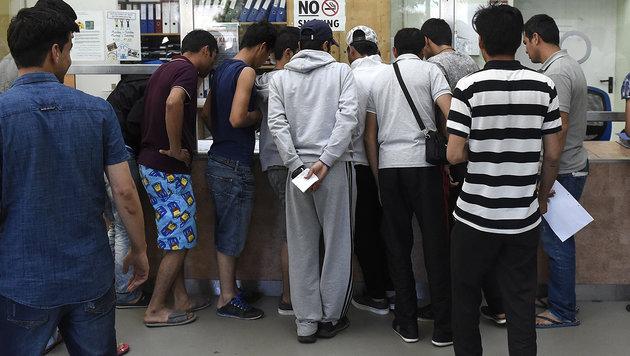 Halbe Mio. Flüchtlinge erhält bereits Sozialgeld (Bild: APA/HELMUT FOHRINGER)