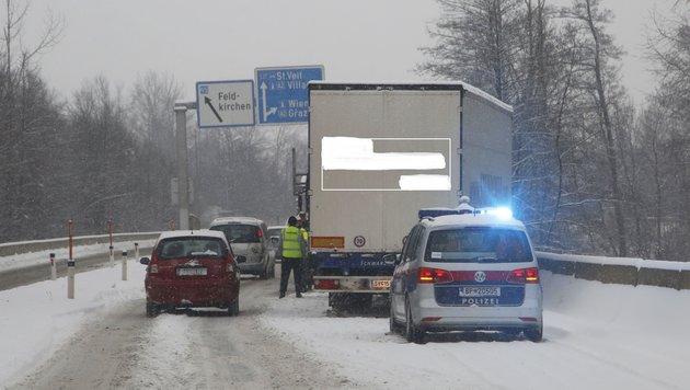 """Bei der A2-Auffahrt """"Klagenfurt Nord"""" krachte ein Lkw gegen die Leitschiene. (Bild: Uta Rojsek-Wiedergut)"""