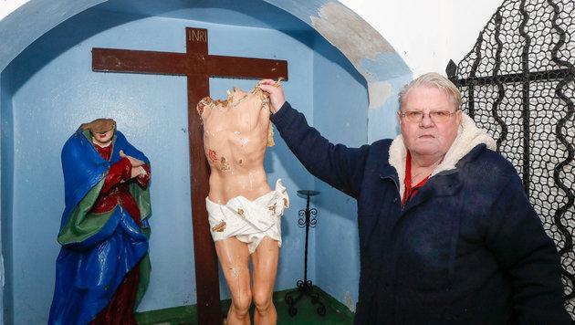 Karl Nowak vor der geschändeten Hauskapelle in  Braunau. (Bild: Daniel Scharinger)