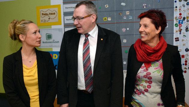 LR Johannes Tratter, Miriam Auer (links) und Edith Pedevilla besprechen das Projekt â01EVeraâ01C. (Bild: Andreas Fischer)