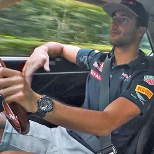 Verstappen & Ricciardo in japanischem Kult-Flitzer (Bild: Red Bull Contentpool)