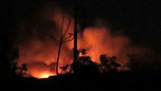 Dichter Rauch und Flammen nach den Detonationen (Bild: APA/AFP)
