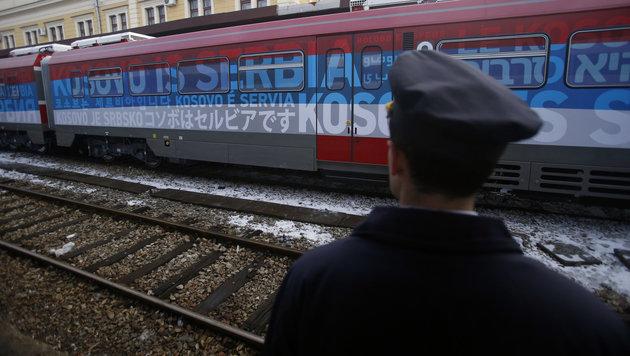 """Der Personenzug trug die Aufschrift """"Kosovo ist Serbien"""". (Bild: The Associated Press)"""