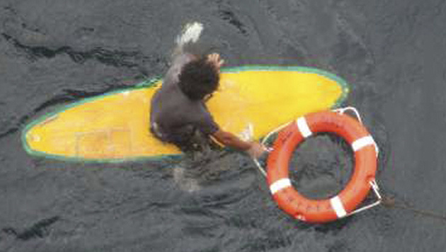 Der Surfer kam gegen die hohen Wellen nicht an und wurde von der Strömung abgetrieben. (Bild: AP)