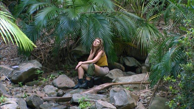 Tag 2 im Camp: ZwangsneurotikerinHanka Rackwitz hat Probleme mit dem Dschungelklo. (Bild: RTL)