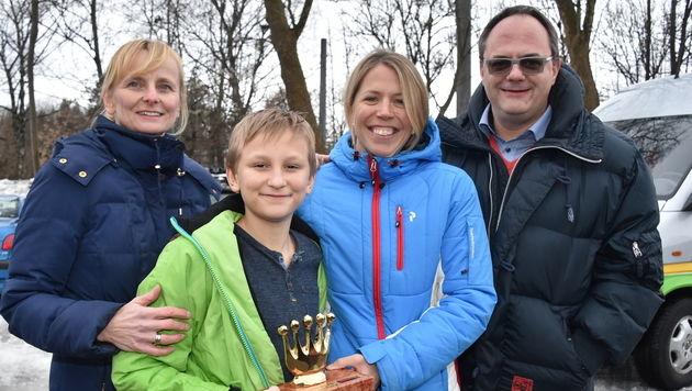 Tobias mit seinen Eltern und seiner Retterin (Bild: Wolfgang Weber)