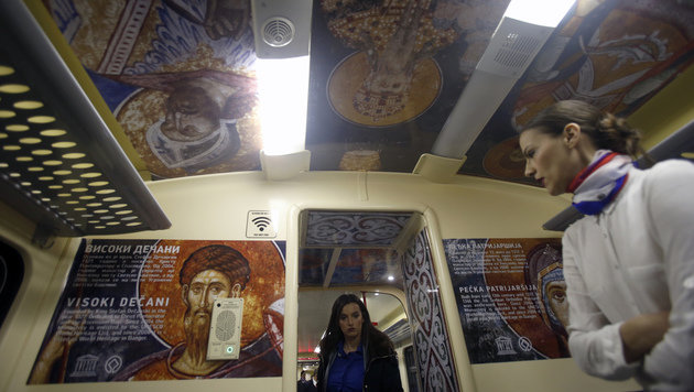 Im Inneren ist der Zug mit Repliken von Ikonen aus serbisch-orthodoxen Klöstern ausgestattet. (Bild: AP)