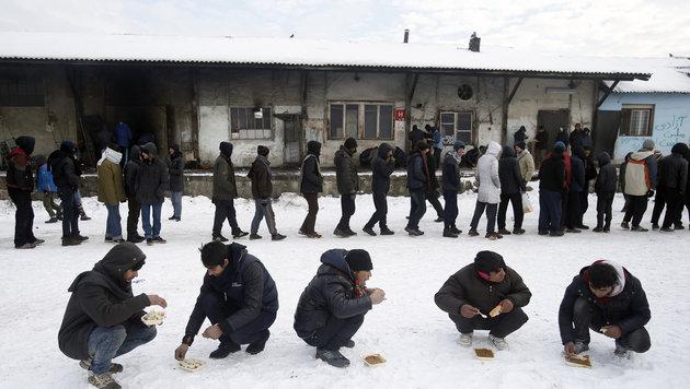 Flüchtlinge auf der Balkanroute in Serbien (Bild: AP)