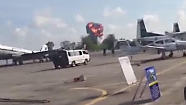 Thailand: Pilot stirbt bei Flugshow für Kinder (Bild: YouTube.com)