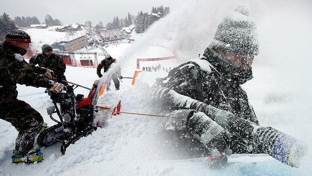 Abfahrt abgesagt! Auch Wengen versinkt im Schnee (Bild: APA/ROBERT JAEGER, AP)