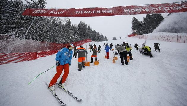 Abfahrt abgesagt! Auch Wengen versinkt im Schnee (Bild: AP)