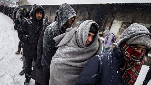 Ungarn: Keine Grenzöffnung für frierende Migranten (Bild: AFP)