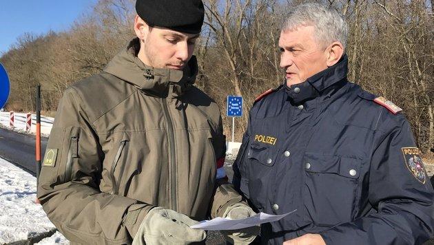 Wolfgang Dragosits (rechts), Einsatzleiter der Polizei (Bild: Christian Schulter)