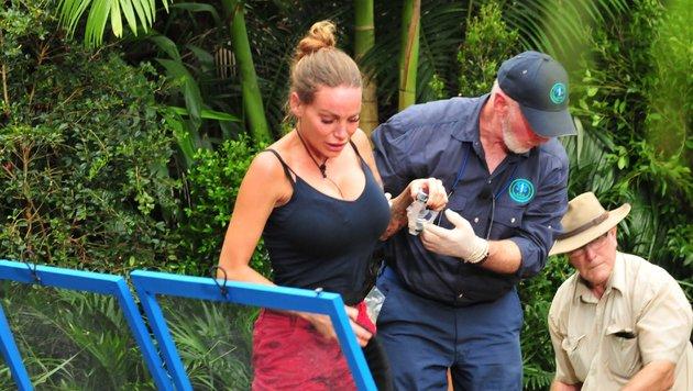 Dr. Bob kümmert sich um die am ganzen Körper zitternde Gina-Lisa Lohfink. (Bild: RTL)