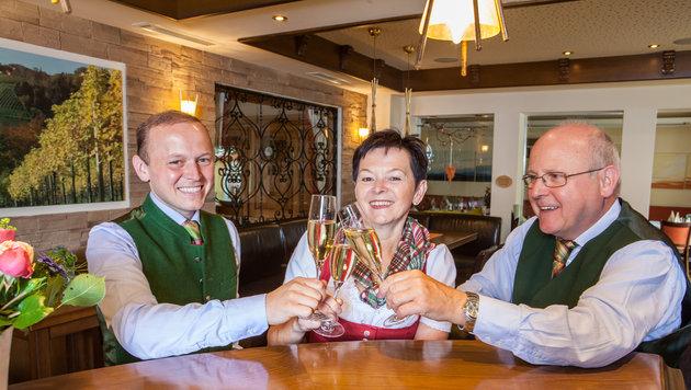 Im Gasthof Engelhof von Christoph, Christine und Wolfgang Bergthaler (v. l.) werden Gäste verwöhnt. (Bild: KultiWirte)
