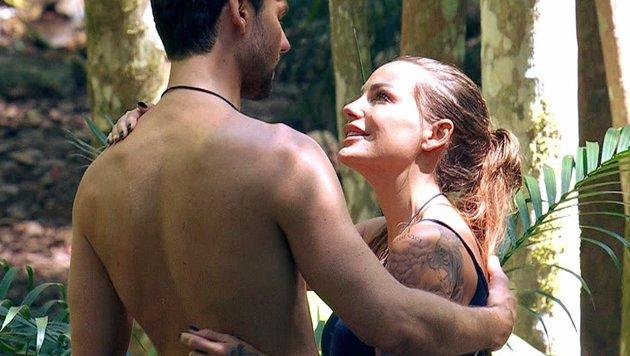 """Gina-Lisa Lohfink und """"Honey"""" umarmen sich. (Bild: RTL)"""
