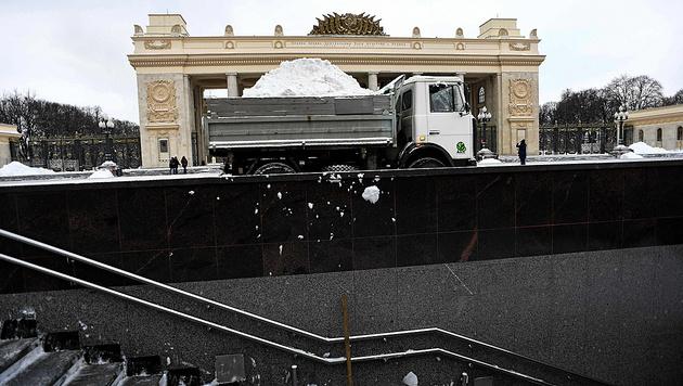Schneeräumung vor dem Moskauer Gorki-Park am 13. Jänner (Bild: AFP)