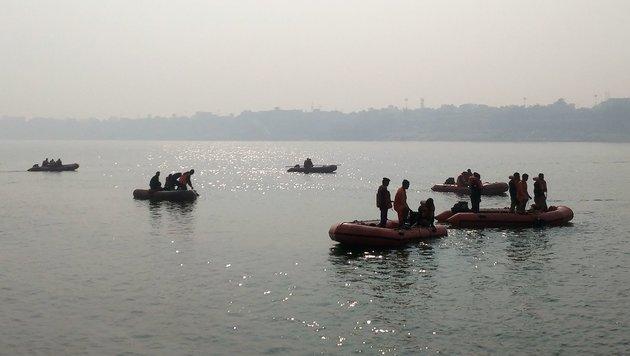 Rettungskräfte suchen am Ganges nach Überlebenden und Opfern. (Bild: APA/AFP)