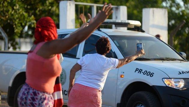 Angehörige der Gefangenen wollen Informationen von den anrückenden Polizisten einholen. (Bild: APA/AFP/ANDRESSA ANHOLETE)