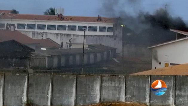 Eine Fernsehaufnahme, die während der Kämpfe entstanden ist (Bild: APA/AFP/TV PONTA NEGRA SBT/HO)