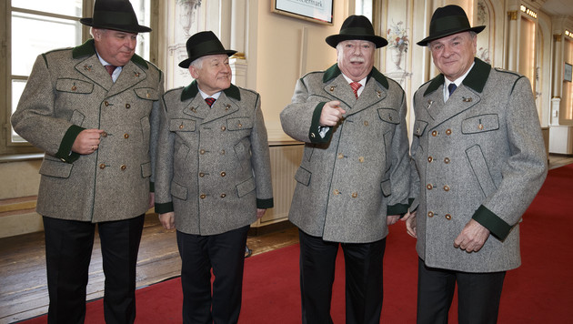 Vier Landeshauptleute im Schnee (Bild: APA/ERWIN SCHERIAU)