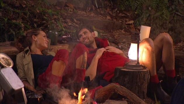 Bei Gina-Lisa und 'Honey' geht's am Lagerfeuer zur Sache. (Bild: RTL)