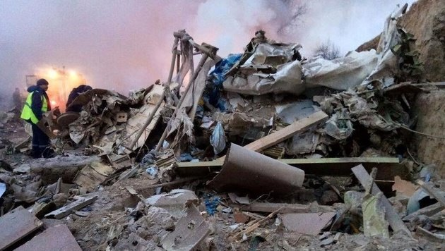 Rettungskräfte am Absturzort (Bild: zanoza.kg)