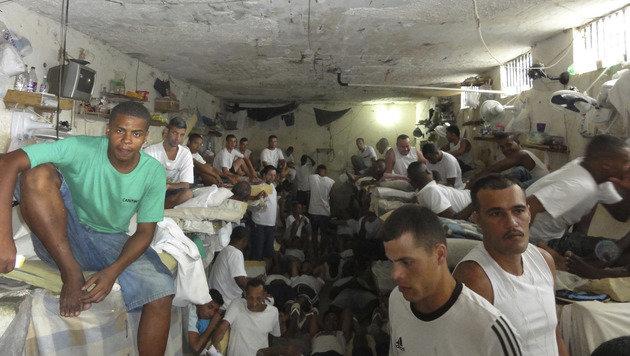 Dieses Bild zeigt eine überfüllte Gefängniszelle in Rio de Janeiro. (Bild: ASSOCIATED PRESS)