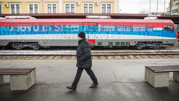 Dieser Zug sorgt für Aufregung im Kosovo. (Bild: APA/AFP/OLIVER BUNIC)