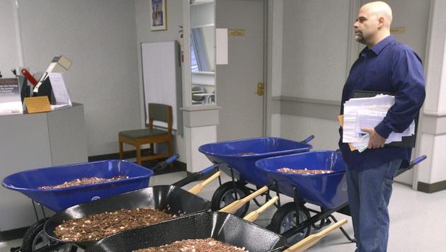 Mit 300.000 Ein-Cent-Münzen zahlte Nick Stafford seine Kfz-Steuer. (Bild: AP)