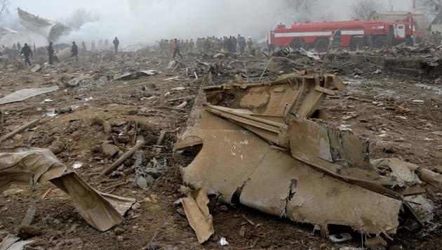 Jumbo-Jet stürzt auf Dorf in Kirgisistan - 37 Tote (Bild: APA/AFP/VYACHESLAV OSELEDKO)