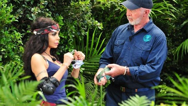 Dr. Bob erklärt Kader ihre Dschungelprüfung. (Bild: RTL)