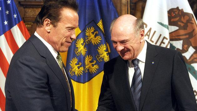 Erwin Pröll und Arnold Schwarzenegger anlässlich der Unterzeichnung einer Umwelt-Initiative 2013 (Bild: APA/HERBERT PFARRHOFER)