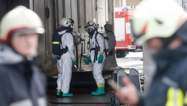 Mit Schutzanzügen und schwerem Atemschutz rückten die Einsatzkräfte an. (Bild: Pressefoto Scharinger/Daniel Scharinger)