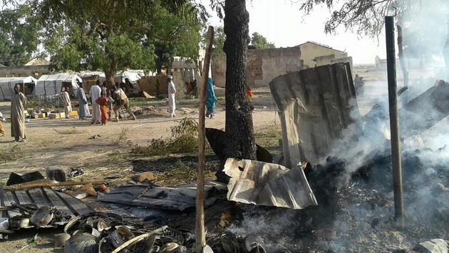 Das Flüchtlingslager Rann nach der irrtümlichen Bombardierung (Bild: AP)