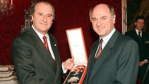 Der damalige Bundespräsident Thomas Klestil überreicht Pröll 1997 das Große Silberne Ehrenzeichen. (Bild: APA)