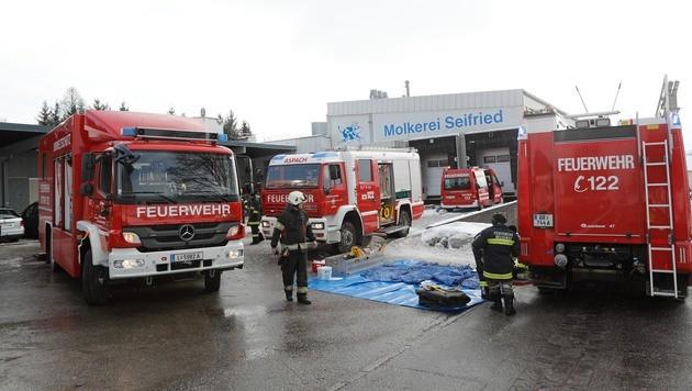 Feuerwehr-Großeinsatz wegen Säureaustritt in OÖ (Bild: Pressefoto Scharinger/Daniel Scharinger)