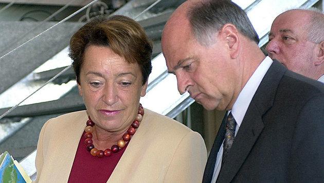 Pröll mit der damaligen Bildungsministerin Elisabeth Gehrer im Jahr 2001 (Bild: APA)