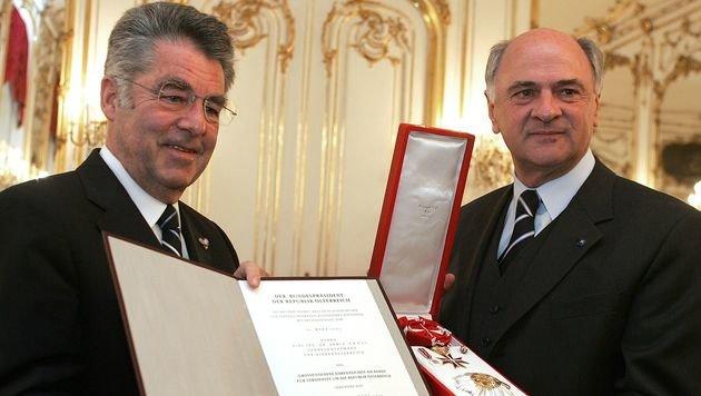 2005 erhielt Pröll vom damaligen Bundespräsidenten Heinz Fischer das Große Goldene Ehrenzeichen. (Bild: APA/HANS KLAUS TECHT)
