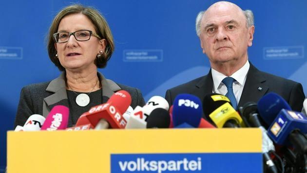 Mikl-Leitner und Pröll bei einer Pressekonferenz nach der Sitzung der ÖVP Niederösterreich. (Bild: APA/HELMUT FOHRINGER)