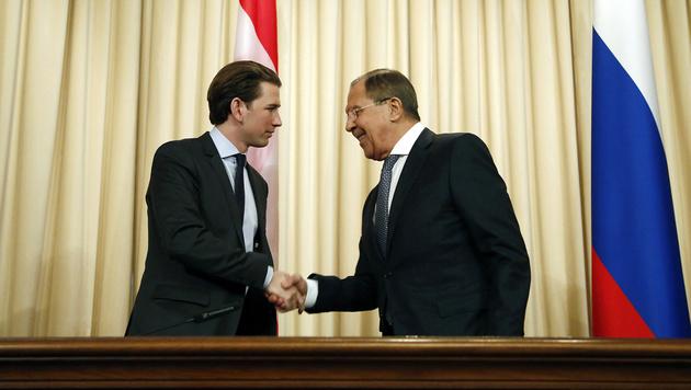Handshake zwischen Kurz und Lawrow (Bild: APA/BMEIA/DRAGAN TATIC)