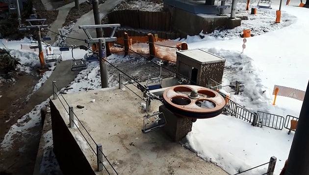 Bursch baut sich Mini-Skigebiet im eigenen Garten (Bild: Screenshot YouTube.com/Kp-Modellseilbahnen)