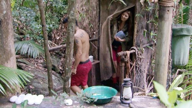Zum ersten Mal geht Hanka auf das Dschungelklo. (Bild: RTL)