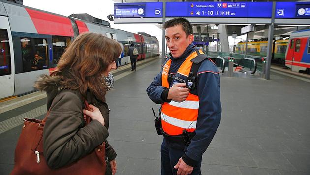 Ein ÖBB-Security mit Bodycam auf dem Wiener Hauptbahnhof (Bild: Martin Jöchl)