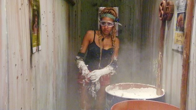 In Tonnen voller Abfälle und Eingeweide muss Sarah Sterne suchen. (Bild: RTL)