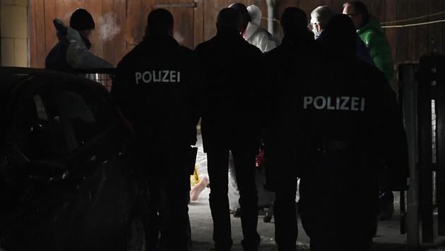 Einsatzkräfte am Tatort (Bild: APA/HELMUT FOHRINGER)